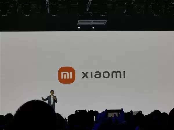 Baru saja kembali ke tempat peluncuran Mi Mix Fold, CEO Xiaomi Le Jun secara mengejutkan mengumumkan logo barunya sebelum telepon.